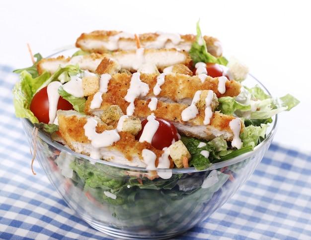 Ensalada saludable con pollo y verduras.