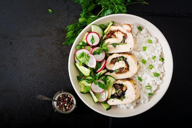 Ensalada saludable con rollitos de pollo, rábanos, pepino, cebolla verde y arroz. nutrición apropiada. endecha plana. vista superior