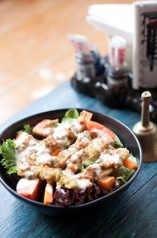 Ensalada con satay tailandés en el restaurante en la mesa azul