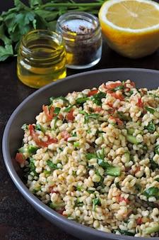 Ensalada tabulé. ensalada saludable con bulgur y verduras. receta libanesa. cocina del medio oriente.