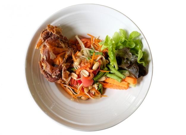 Ensalada tailandesa picante con cangrejo suave frito sobre fondo blanco.