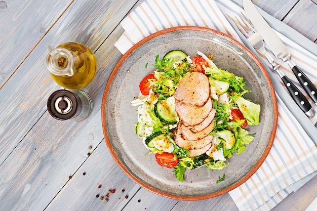 Ensalada de ternera con verduras frescas. comida dietética ensalada de carne vista superior. endecha plana.