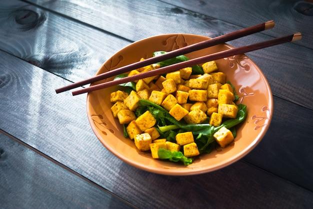 Ensalada de tofu frito y espinacas