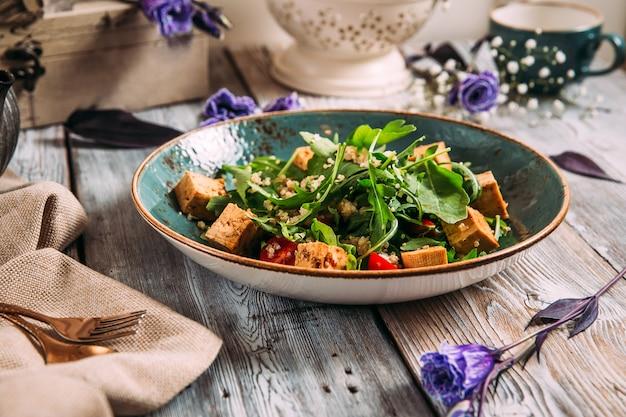 Ensalada de tofu saludable y apetitosa con verduras