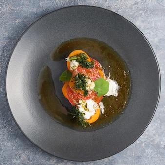 Ensalada con tomate, algas y queso de cabra. vista superior