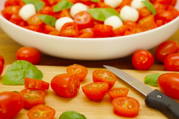 Ensalada de tomate con bolas de mozzarella y albahaca