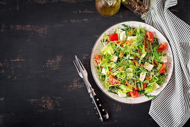 Ensalada de tomate con microgreens mixtos y queso camembert.