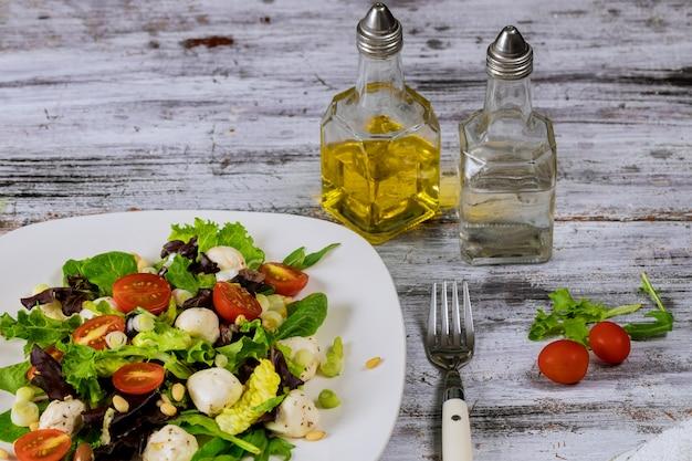 Ensalada de tomate y mozzarella con aceite de oliva