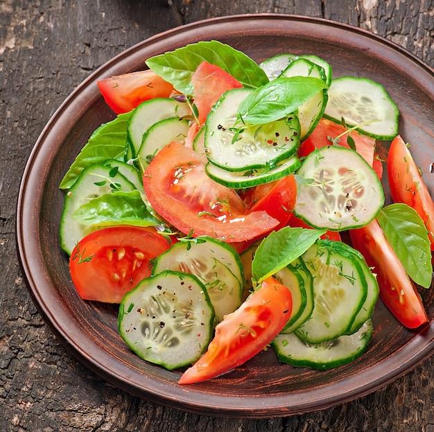 Ensalada de tomate y pepino con pimienta negra y albahaca