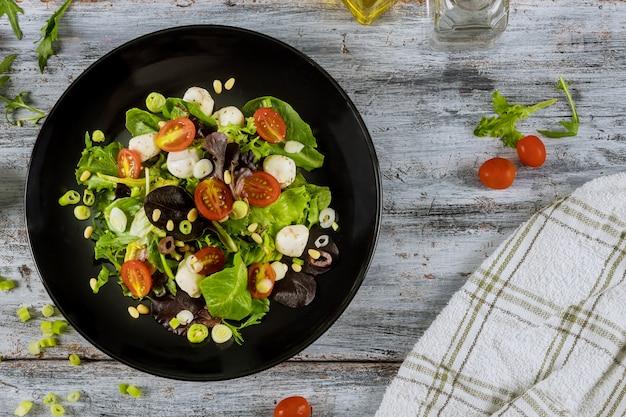 Ensalada de tomate con queso cottage, aceite de oliva comida saludable ensalada de primavera