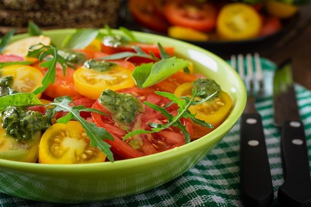 Ensalada de tomate de verano con albahaca, pesto y rúcula