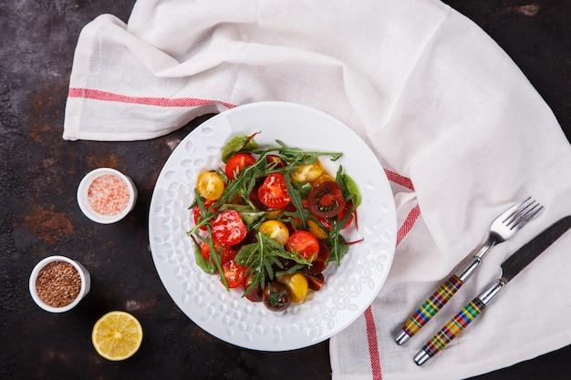 Ensalada de tomates cherry frescos y coloreados