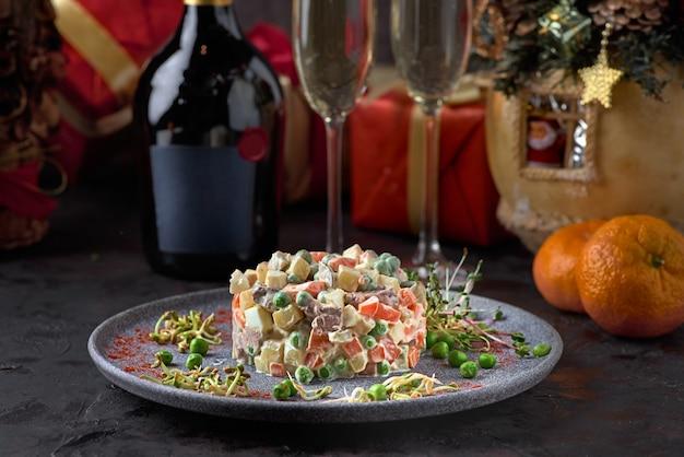 Ensalada tradicional rusa de navidad y año nuevo olivier