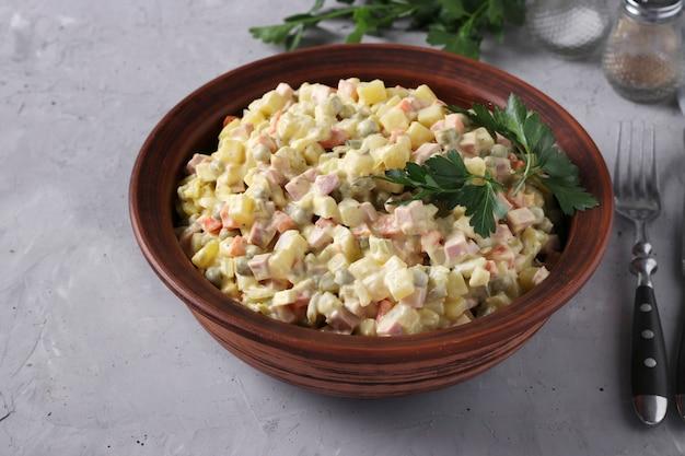 Ensalada tradicional rusa olivier en un tazón o