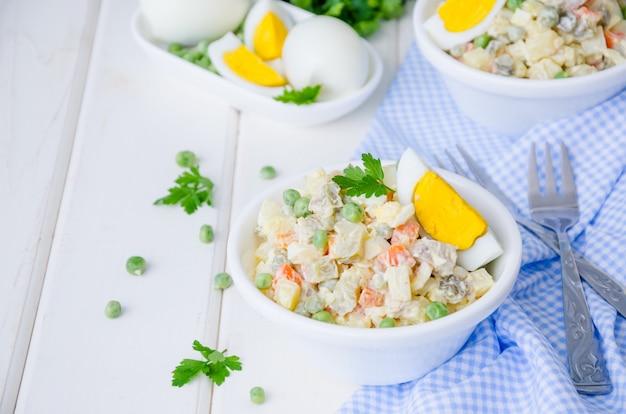 Ensalada tradicional rusa olivier con verduras y carne