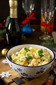 Ensalada de vacaciones de invierno ensalada tradicional rusa olivier con verduras y pollo espacio de copia