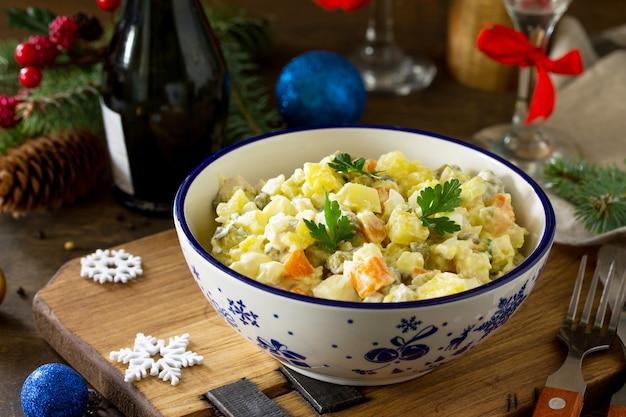 Ensalada de vacaciones de invierno ensalada tradicional rusa olivier con verduras y pollo
