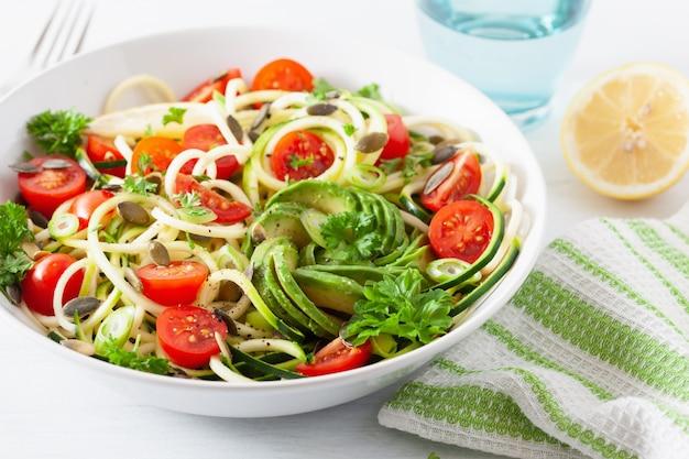 Ensalada vegana cetogénica de calabacín en espiral con semillas de calabaza con tomate y aguacate