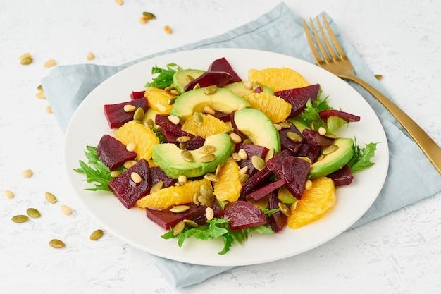 Ensalada vegana con rábano de queso feta ricotta de naranja de aguacate y semillas de calabaza, dieta de rociada de ceto cetogénico, primer plano