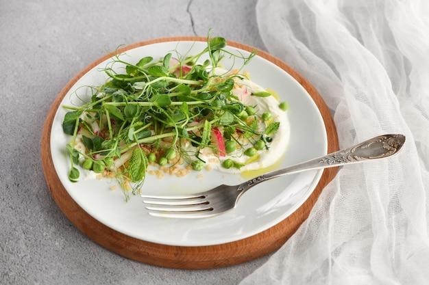 Ensalada vegana saludable hecha de brotes microgreen guisantes