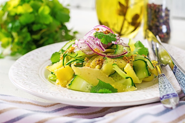 Ensalada vegana saludable con mango, pepino, cilantro y cebolla roja en salsa agridulce. comida tailandesa. comida saludable.
