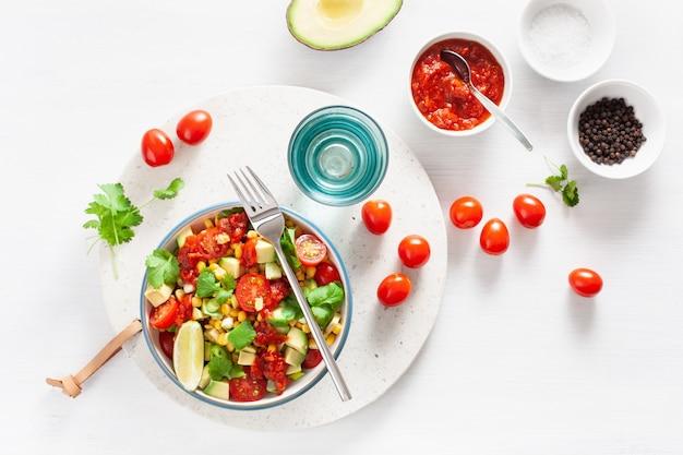 Ensalada vegana saludable de tomate y maíz dulce de maíz