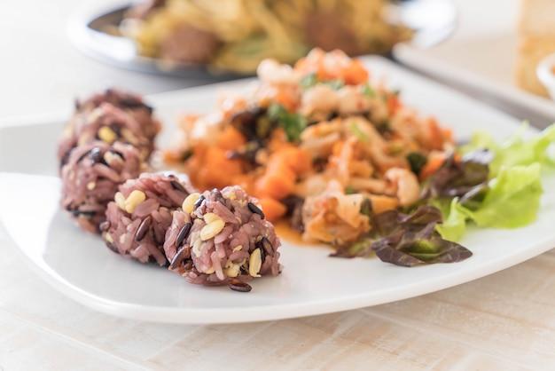 Ensalada de vegano picante con baya pegajosa y arroz de grano