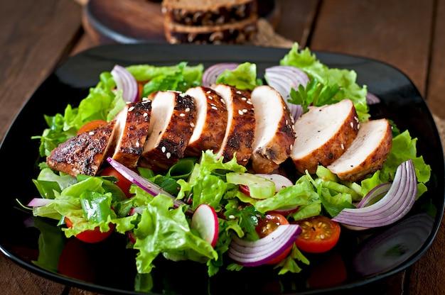 Ensalada de vegetales frescos con pechuga de pollo a la parrilla.