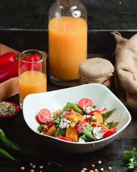 Ensalada de vegetales con jugo de naranja