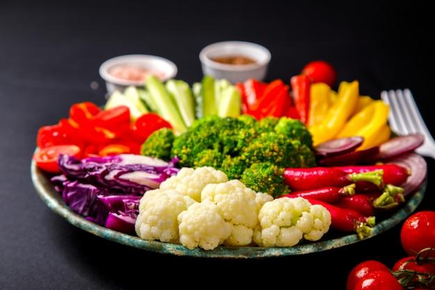Ensalada. vegetales mixtos crudos. tazón de buda vegetariano.