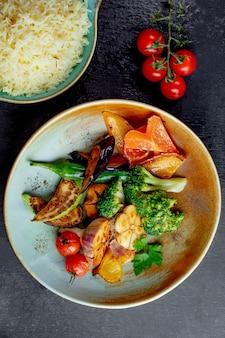 Ensalada con vegetales a la parrilla brócoli y arroz