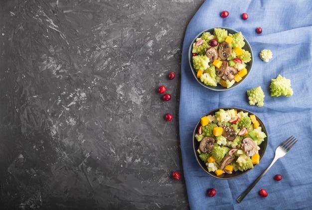 Ensalada vegetariana de col romanesco, champiñones, arándano, aguacate y calabaza. vista superior, copyspace.