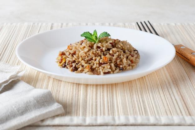 Ensalada vegetariana de quinua, arroz, lentejas y maíz