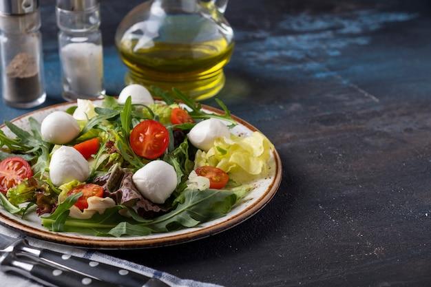 Ensalada vegetariana con rúcula y verduras frescas en un plato. concepto de comida saludable. copyspace