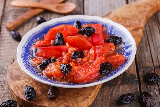 Ensalada de verano puré de tomates con aceitunas.