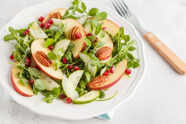 Ensalada verde claro de la granada de la pacana de la manzana. concepto de comida saludable vegana. copia espacio