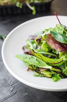 Ensalada verde fresca mezcla de hojas en un plato sobre la mesa, comida saludable, comida, espacio de copia de bocadillos