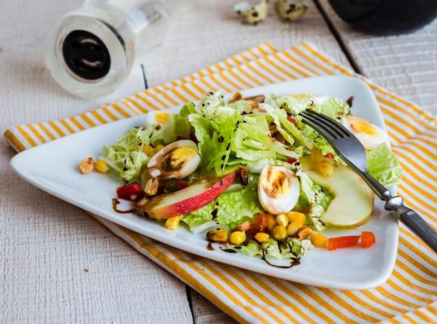 Ensalada verde con huevos de codorniz, maíz y manzana dulce, snack, comida sana