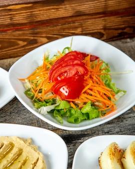 Ensalada verde lechuga tomate zanahoria vista lateral