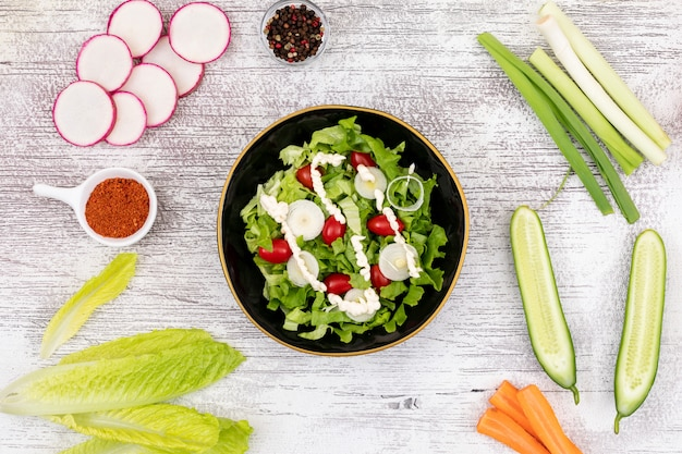 Ensalada verde en la mesa blanca vista superior cocina vegana