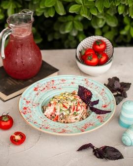 Ensalada de verduras con albahaca roja, tomate y composto rojo.