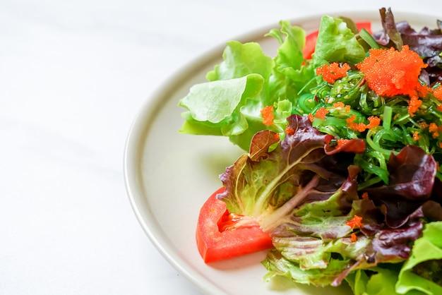 Ensalada de verduras con algas japonesas y huevos de camarones