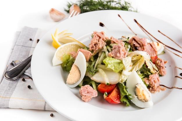 Ensalada de verduras y atún enlatado