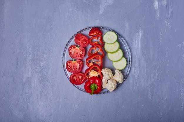 Ensalada de verduras en azul