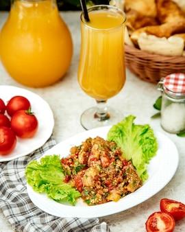 Ensalada de verduras a la barbacoa con berenjena, tomate, pimientos, cebolla y hierbas