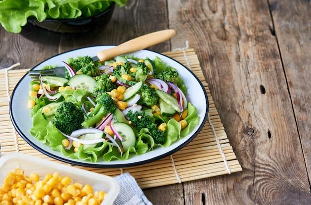 Ensalada de verduras con brócoli, maíz y pepinos en un plato