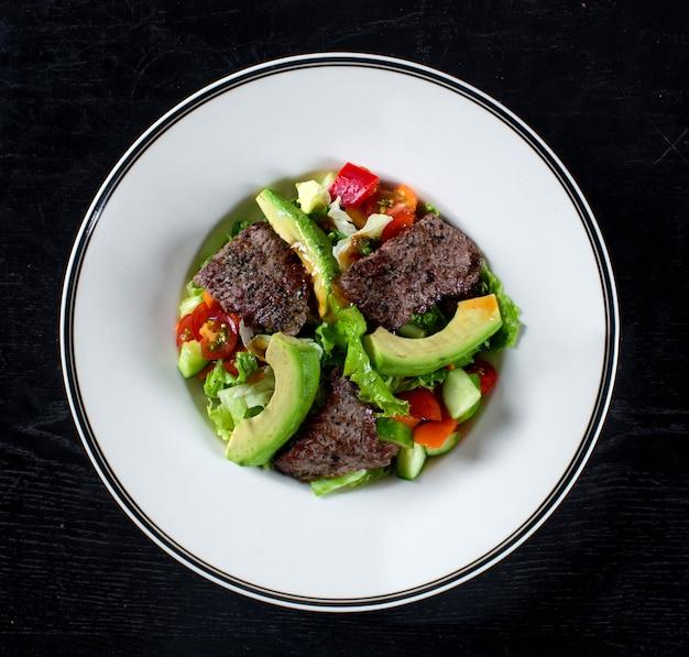 Ensalada de verduras con carne y aguacate