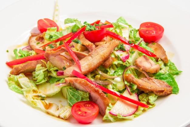 Ensalada de verduras y carne.
