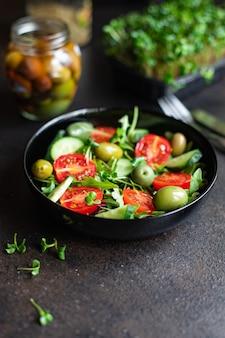 Ensalada de verduras frescas, aceitunas, tomate, pepino, lechuga, mezcla de hojas, snack