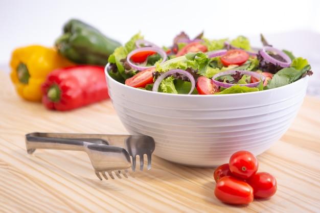 Ensalada de verduras frescas con col y zanahoria en un tazón